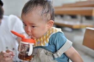 赤ちゃんのストロー練習はいつから? 練習方法やおすすめマグも紹介