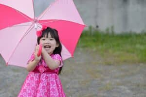 子供が何歳から、いつから子供用の傘を使わせればいい? サイズは? 選び方やブランド、おすすめ14選!