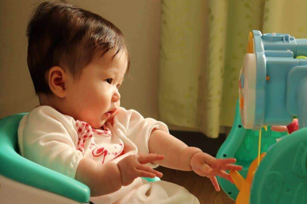 子供の利き手の発達は生後6ヶ月くらい