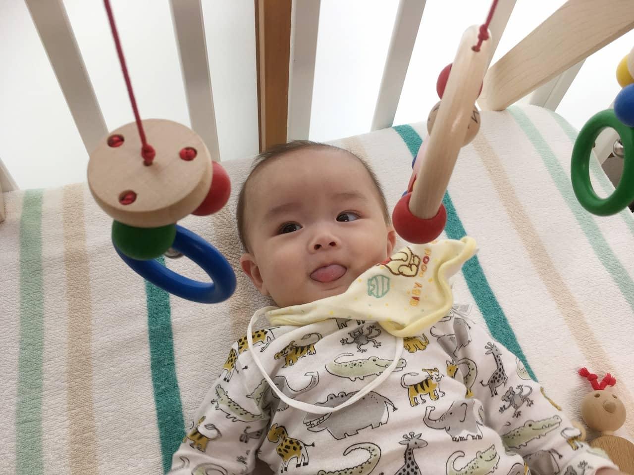 生後5ヶ月の赤ちゃんの成長と発達の特徴! 寝返りはいつ? 離乳食や夜泣き対策を解説