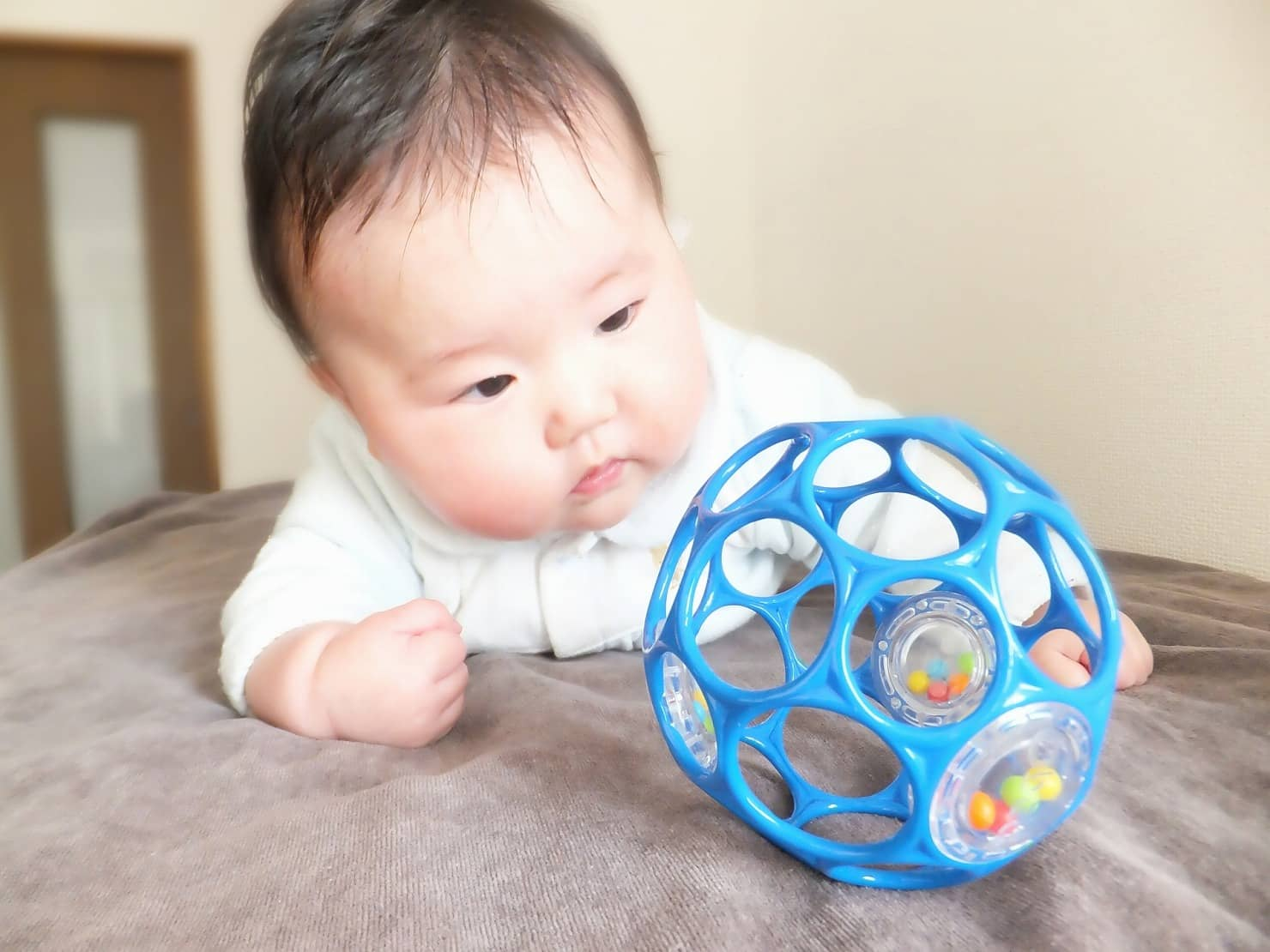 生後4ヶ月の赤ちゃんの成長目安は? 体重や身長は? 寝返り&スプーン練習スタート!