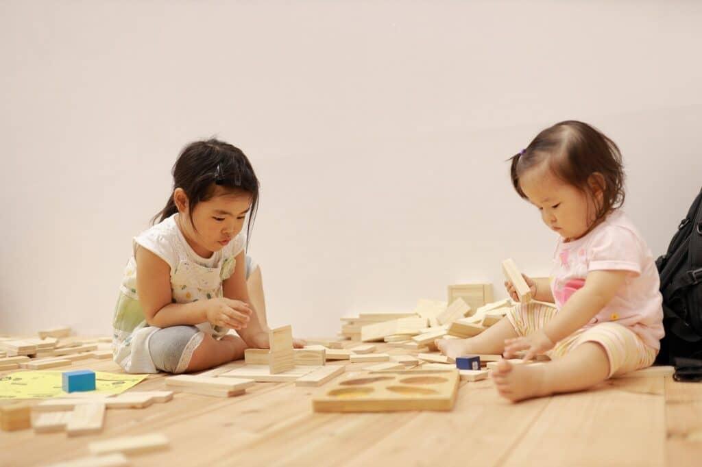 発達に沿った積み木の遊び方とは?
