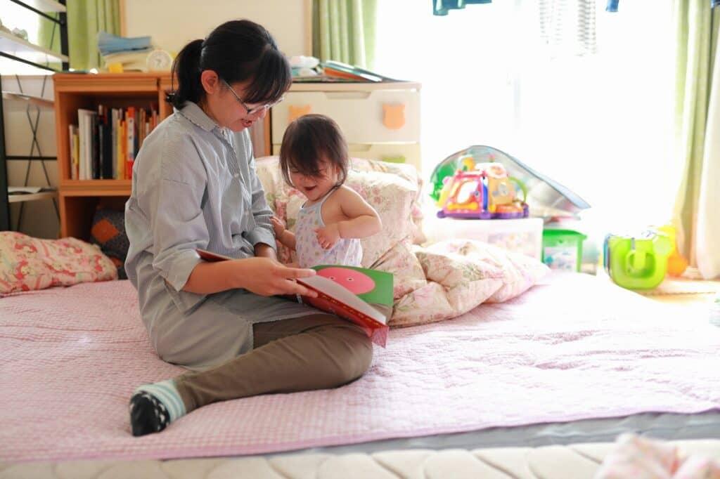 絵本の読み聞かせをしながら赤ちゃんとコミュニケーションが取れる