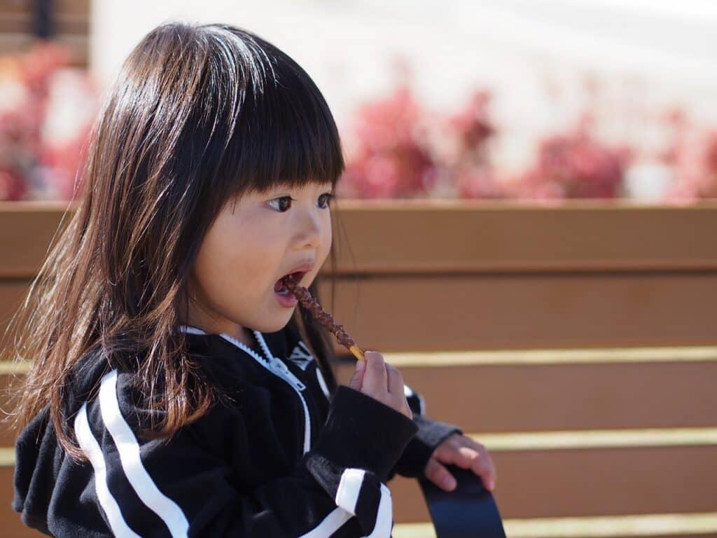 【口コミ調査】子供にチョコレートはいつから食べさせた?