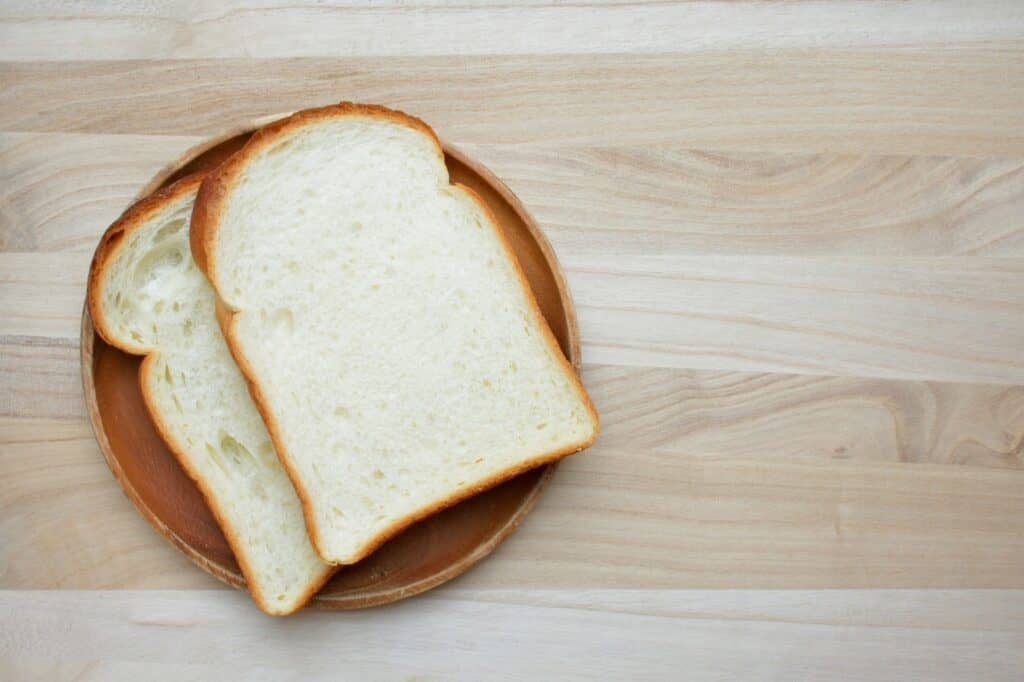 食パンの耳を食べさせていいのは離乳後期から