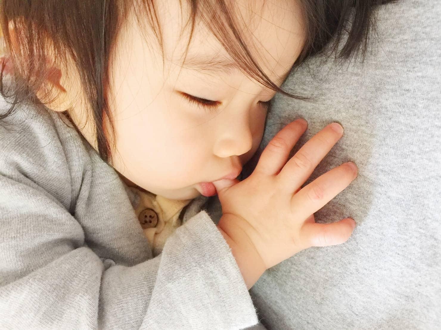 指しゃぶりは子供がいつから何歳までする? 歯の影響や傷などについても紹介