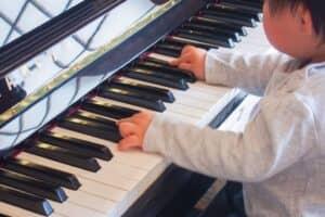 子供の習い事にピアノ教室はおすすめ? 何歳から? 音感が育つ時期は?