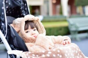 赤ちゃんの真冬のお出かけは足つきカバーオールが便利! 体温調節の仕方とおすすめ商品を紹介