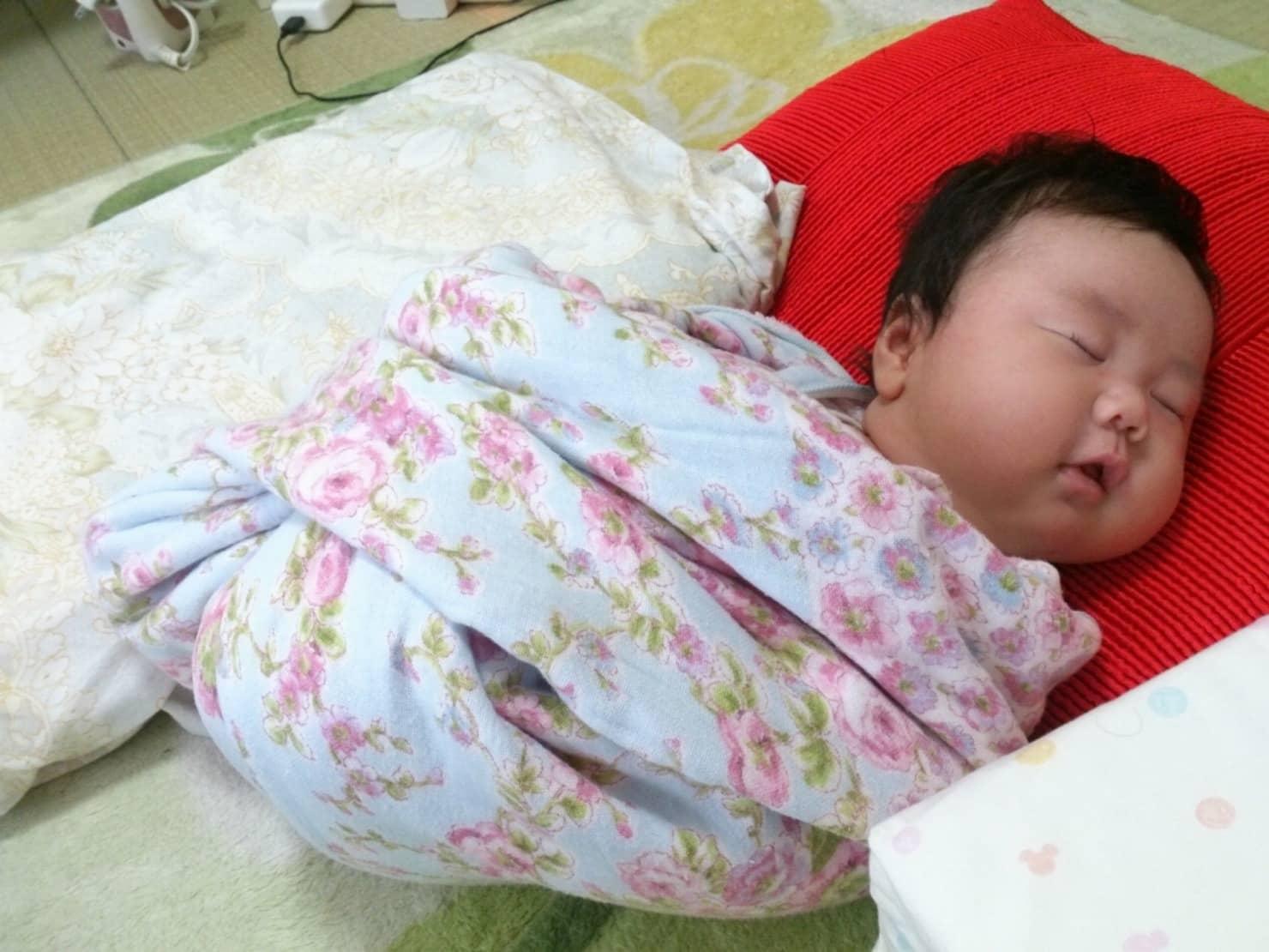 おひなまきとは? 赤ちゃんがいつからいつまで寝かしつけ効果はある? 巻き方の注意点も紹介