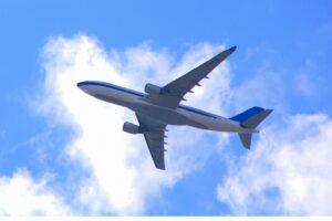 妊娠初期(妊娠15週まで)に妊婦が飛行機に乗っても大丈夫? 母体への影響と注意点も