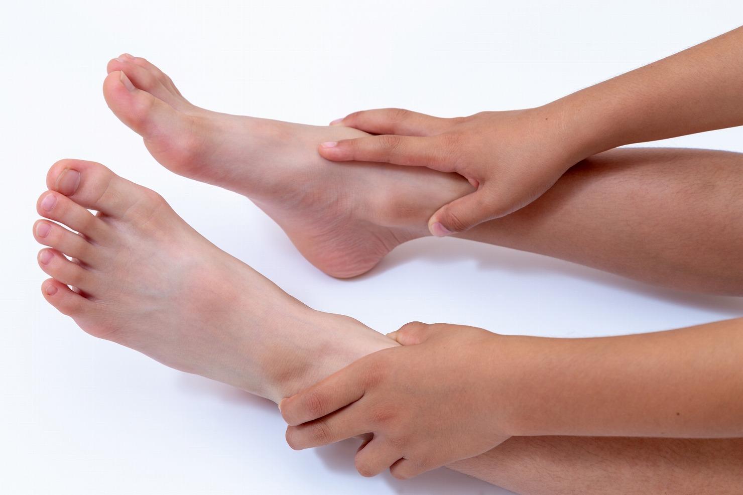 子供の足の痛みは成長痛が原因かも? 症状や対処法、出やすい年齢、病院の受診目安を紹介