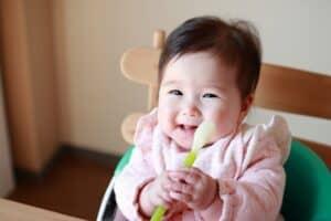 生後4ヶ月で離乳食をあげてもいい? 赤ちゃんの離乳食を始める条件や進め方、必要なアイテムを紹介