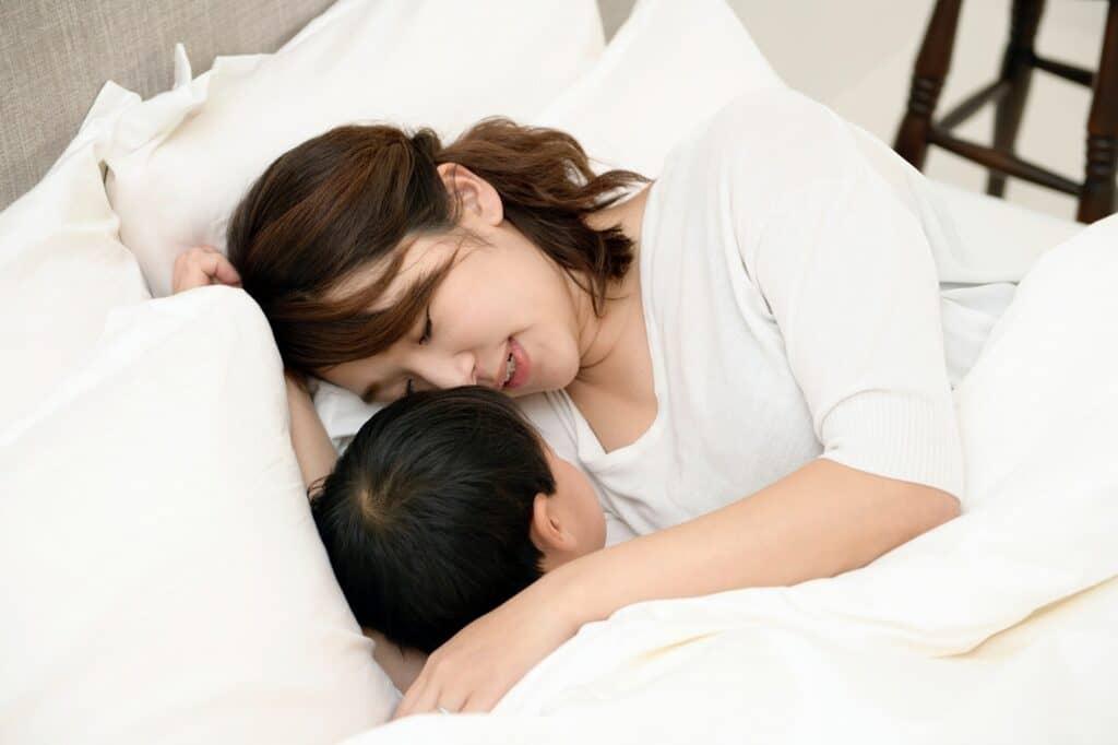 寝かしつけで絵本を読み聞かせる時のコツは?
