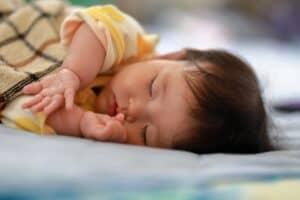 赤ちゃんのねんねトレーニングはいつから? おすすめ本や体験談を紹介