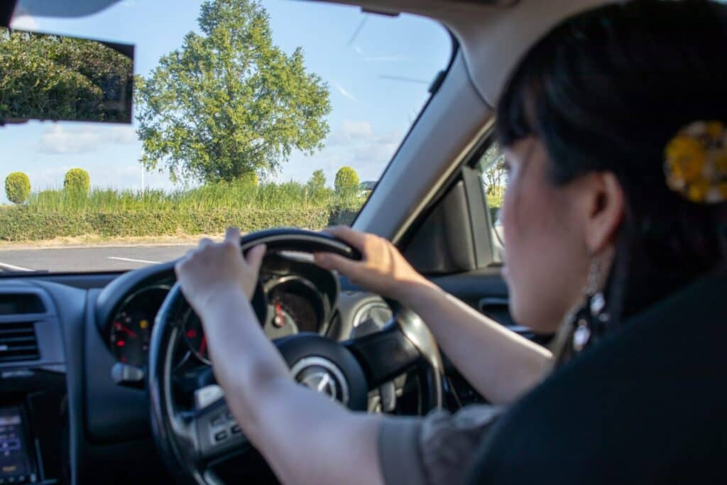 注意しながら運転する