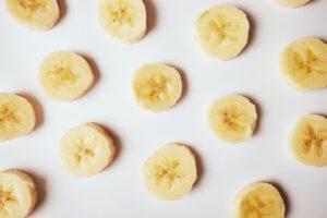 離乳食でバナナはいつから赤ちゃんに食べさせていい? 離乳初期~離乳後期での簡単レシピと冷凍方法も
