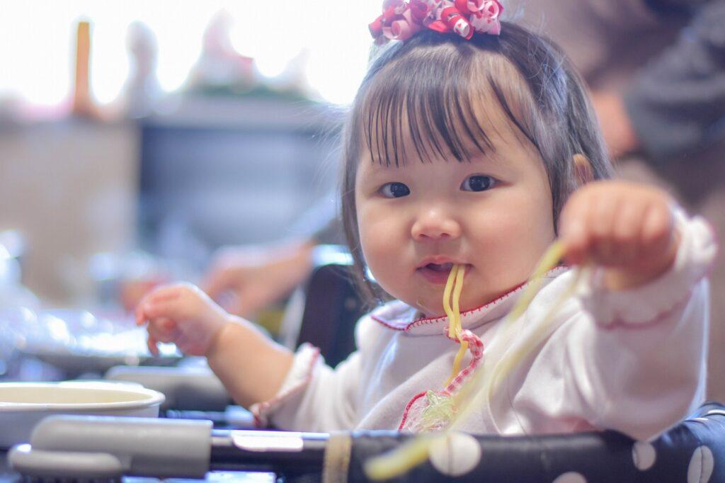 1歳児はどうやってご飯を食べるの?