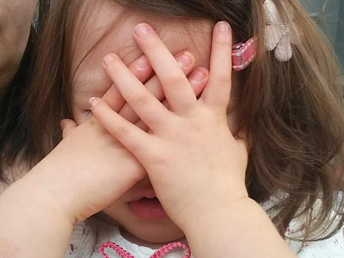 恥ずかしがりやの子供の写真撮影をするコツ! スマホ撮影、パパママでも実践できる方法を紹介