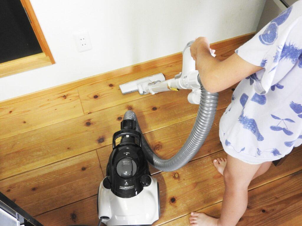 フローリング掃除のステップ2:掃除機をかける