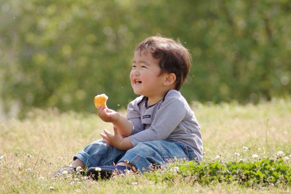 恥ずかしがりやの子供を撮るコツ1:近づきすぎず遠目から撮影する