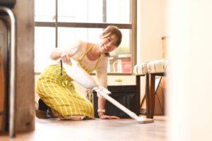 フローリングの掃除方法! 汚れや黒ずみの落とし方や注意点は?