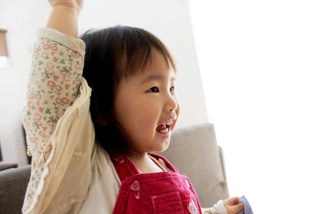 恥ずかしがりやの子供を撮るコツ3:パパママのポーズを真似してもう