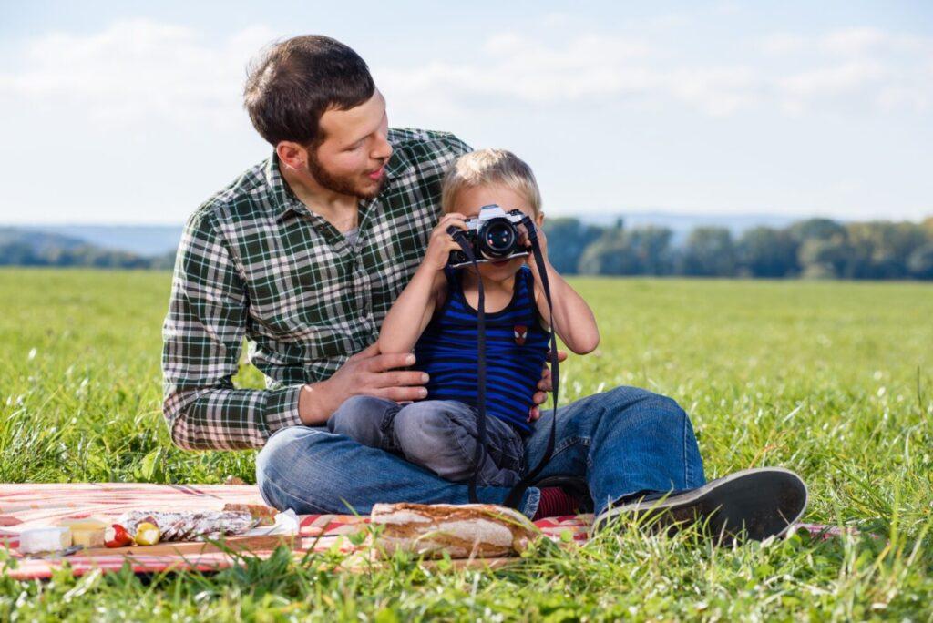恥ずかしがりやの子供を撮るコツ5:写真を撮り合いっこする