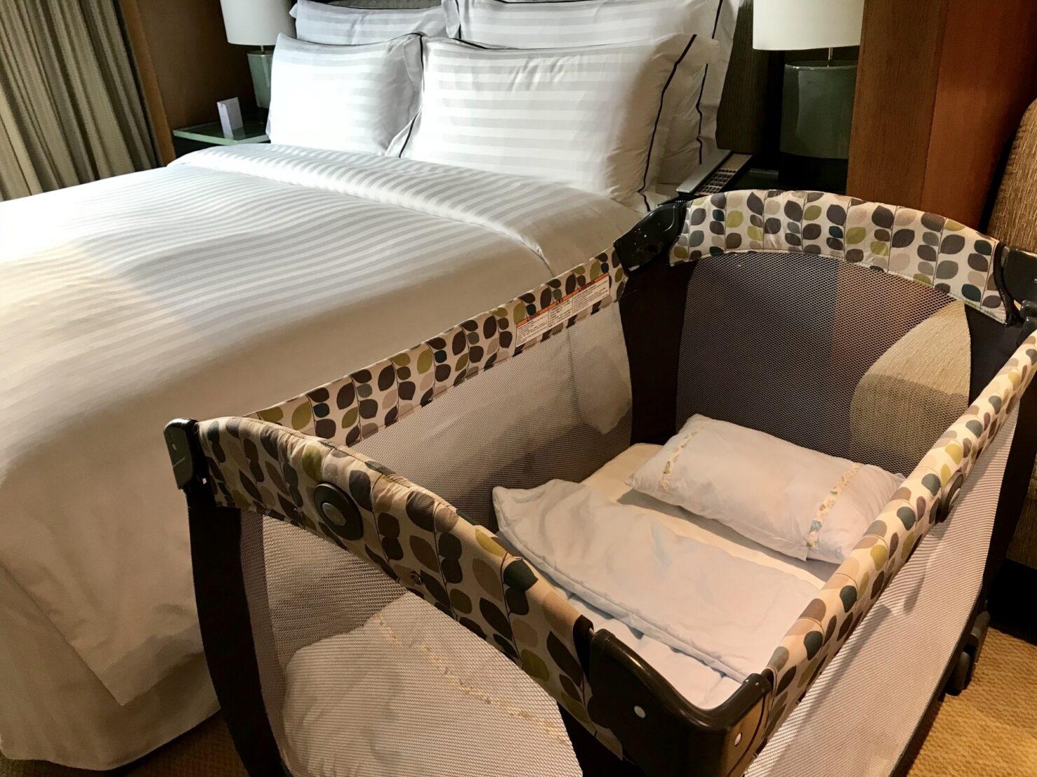 添い寝可能なベッドサイド用ミニベビーベッド