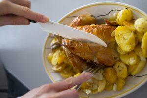 コストコの人気商品「ロティサリーチキン」の食べ方は? 切り方やレシピ、保存方法を紹介