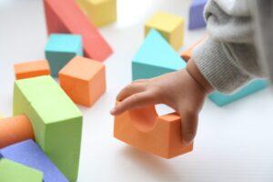 【0歳~3歳 年齢別】モンテッソーリ教具おすすめ13選! 子供が熱中するおもちゃは?