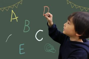 フォニックスとは? 子供が英語を楽しく学べるフォニックスの学習法とおすすめ教材を紹介