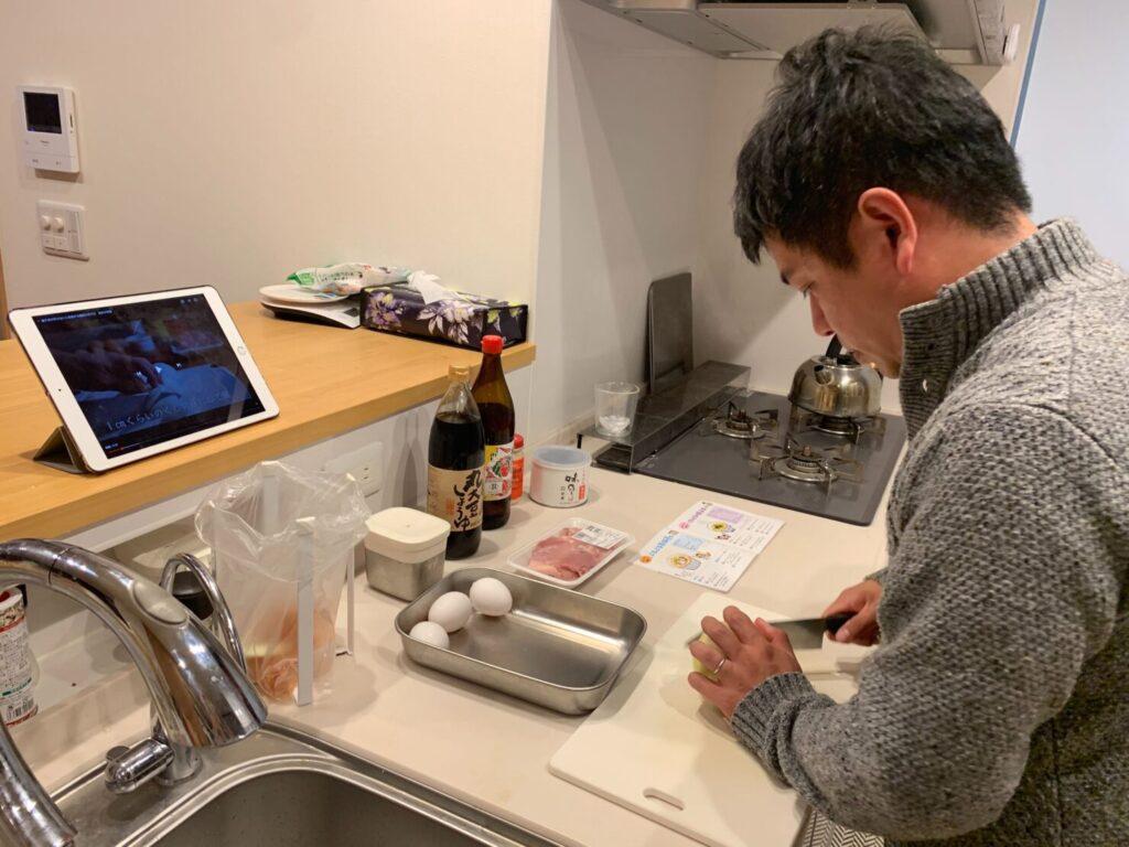 親子丼作るパパ